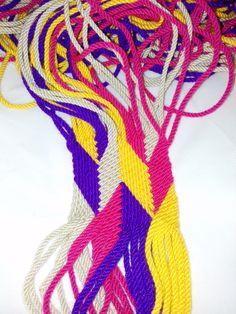 tejido wayuu, de los indígenas de Colombia y venezuela War Bonnet, Native American Crafts, Tapestry Crochet, Ribbon Work, Tunisian Crochet, Handmade Bags, Wool Yarn, Macrame, Diy And Crafts