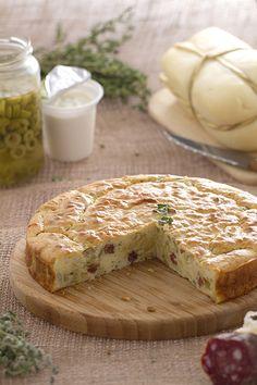 La particolarità di questa torta, è la modalità di peso degli ingredienti; si usa un vasetto di yogurt come misurino per dosare tutti gli ingredienti.