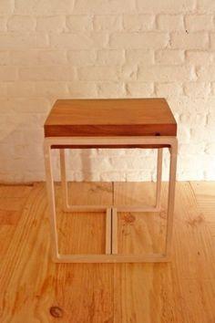 Bout de canapé, petite desserte ou table de chevet, cette table d'appoint s'adapte à vos envies ! Grâce à son bloc de pin et ses finitions vernies, elle apportera modernité et authenticité à votre décoration d'intérieur. #table #chevet #appoint #desserte #nightstand #mobilier #meuble #décoration #furniture #wood #handmade #bois #intérieur #interior #design #artisanat #handmade #campagne #chic #minimalisme #minimalism