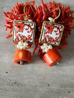 Typische sizilianische Ohrringe mit: -Lava Stein mit Anwendung auf einer Seite der glasierte keramische Fliesen von Caltagirone und mit Blumenmuster bedruckt; -Bambus Koralle (14 x 10 mm), rot; -Kultivierte Perlen (4 mm); -Vergoldete 925 silberne offene Ohrhaken. Länge der Ohrringe: 6 cm Diese Big Jewelry, Unique Jewelry, Jewelry Making, Cluster Earrings, Beaded Earrings, Mixed Media Jewelry, Handmade Jewelry Designs, Polymer Clay Jewelry, Beautiful Earrings