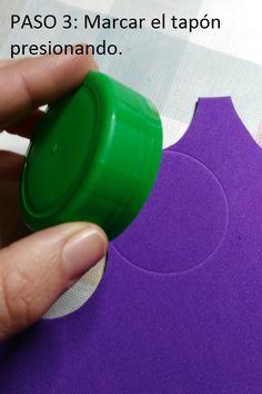 Ponemos el tapón sobre el foam y presionando, dejamos marcada la circunferencia que nos delimita el tamaño sobre el que debemos dibujar.