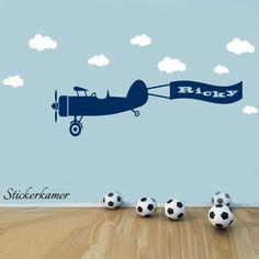 Muursticker vliegtuig met naam en wolken op maat gemaakt. Super leuk idee voor de kinderkamer. kies je eigen kleur uit.