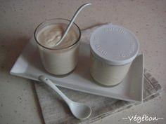 ~ Yaourt végétal sans soja ~ (végébon) Pour 1kg de yaourt:    •8 g d'agar (20 ml, 0,92 € voire •0,48 € en achetant l'agar par sachet de 500 g) •500 g d'eau (500 ml, 0 €) •100 g de purée d'amande blanche (100 ml, 1,66 €) (j'en mets plus !) •400 g d'eau (400ml, 0 €) •Ferments pour 1 L de lait (prix dépendant du choix de ferment, sachant qu'un sachet/pot de ferment ensemencera gratuitement plusieurs fournées de yaourts)