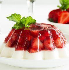 Los postres con gelatina son fáciles de preparar, deliciosos y económicos; y esta receta de gelatina con leche condensada (lechera) no es la excepción.