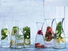 Lav dine egne vitaminvand og gør det samtidig nemt at drikke mere vand ved at peppe dit vand op med frugt og urter. Se de lækre forslag her: