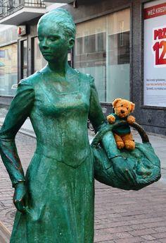 Green (Misiu with Piernikarka statue, Toruń, Poland)