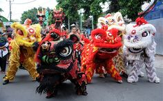 Chinese-Indonesians perform dragon dances a day before Chinese Lunar new year in Kuta, on the Hindu majority island of Bali. Kung Fu, Bali, Dragons, Lion Dragon, New Years Traditions, Dragon Dance, Lion Dance, Costumes Around The World, Year Of The Dragon