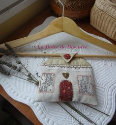 Home Sweet Home ...(2 ) - La boite de Biscotte Lavender Crafts, Lavender Bags, Lavender Sachets, Crazy Patchwork, Patchwork Pillow, Creative Arts And Crafts, Crafts To Make, Sewing Crafts, Sewing Projects