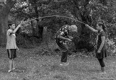 """""""Quanto mais eu reflito sobre a história da minha mãe, postando essas fotografias nas redes sociais, mais pessoas aparecem contando suas próprias experiências com a idade e a demência.""""  Fotografia: Tony Luciani / Reprodução Instagram / Virgula."""