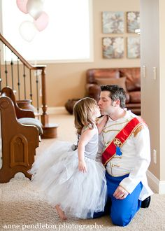 Pai vestido como o Príncipe Encantado
