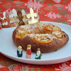 ¡Feliz día de Los Reyes!  Today is the day of the Magi...in Spain we eat Reyes cake with a king figurine hidden inside. The lucky person with the king inside their piece of cake is crowned and reigns for 2017!!  #losreyes #felizreyes #threekings #happythreekingsday #Spanishcustoms #evaplatter #lifestyleceramics