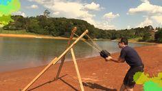 Estilingue gigante feito com pedaços de madeira para lançar paraquedas caseiro em voo radical.