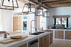 Decoração de cozinha de alvenaria e cimento queimado. Cozinha branca com detalhes em madeira, pendentes e luz natural.  #decoracao #decor #casadevalentina #cozinha #kitchen