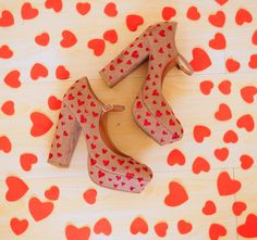 Make these heart heels yourself with glue and glitter! Click through for tutorial!