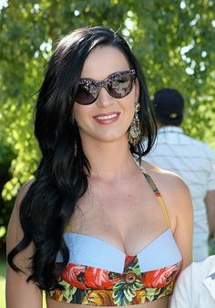 At Coachella, Katy Perry decided on a toned down look for the festival with side-swept waves and natural makeup for the festivities.