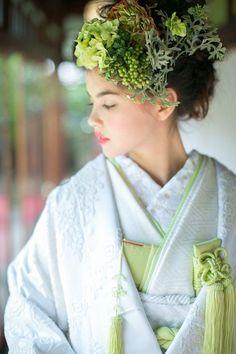 White and Pale Green Uchikake and Matching Hairstyle Japanese Costume, Japanese Kimono, Kimono Fabric, Kimono Dress, Japanese Outfits, Japanese Fashion, Japanese Style, Kabuki Costume, Wedding Kimono