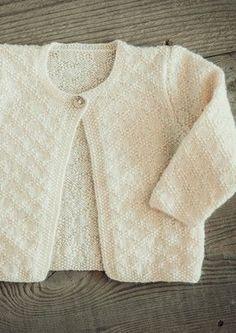 Baby strikketrøje i perlestrikmønster - Gratis Mayflower opskrift. Baby Cardigan Knitting Pattern Free, Baby Knitting Patterns, Knitting Designs, Knitting For Charity, Knitting For Kids, Baby Clothes Patterns, Clothing Patterns, Baby Outfits, Toddler Outfits