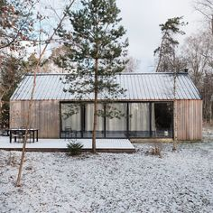 really don't mind winter, snow or cold weather as long as the sky is blue and the sun is out! - Houses interior designsI really don't mind winter, snow or cold weather as long as the sky is blue and the sun is out! Window Design, Bungalows, Metal Roof, Cabana, Building Design, Exterior Design, Future House, Architecture Design, House Styles