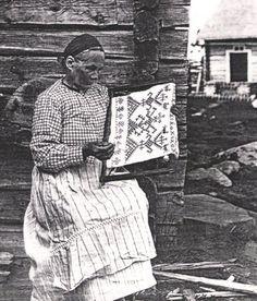 Finnish Karelian woman embroidering a Karelian ritual towel, a käspaikka, in Ilomantsi, Finland. Russian Folk Art, Old Ones, Cross Stitch Embroidery, Finland, Bee, Weaving, Textiles, Traditional, Pattern