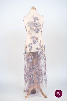 Dantelă roz lila pe bază din tulle elastic de aceeași nuanță. Dantelă cu design floral realizat cu fire lucioase în nuanțe de roz, mov și bej, accesorizată cu strasuri cu reflexie multicoloră. Modelul dantelei este dispus în coloane repetitive, fără borduri, și este completat de flori 3D brodate. Dantela se poate utiliza pentru crearea rochiilor de ocazie. High Low, Model, Dresses, Fashion, Embroidery, Vestidos, Moda, Fashion Styles