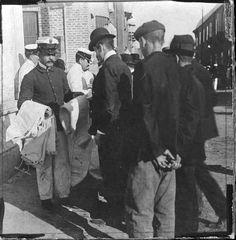 1907 Servicio militar obligatorio. Reparto de ropa a los nuevos conscriptos