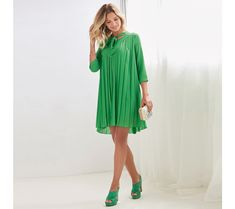Exquisite dress that you will be able to make the most of because it is ideal for both day and night. Rounded neckline dress with long bands 3 4 Sleeve Dress, Short Sleeve Dresses, Dresses With Sleeves, Manga 3 4, Pleated Fabric, Ideias Fashion, Neckline, Sexy, Women