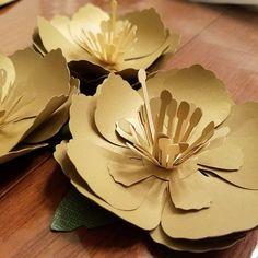 Вдохновение: бумажные гибискусы Giant Flowers, Diy Flowers, Fabric Flowers, Paper Flowers, Moana Birthday, 50th Birthday Party, Gold Paper, Paper Art, Flower Structure