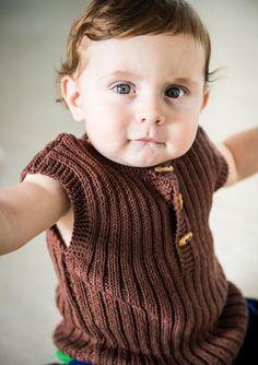 Baby ribvest samt sokker i Bumbo Cotton Knitting For Kids, Baby Knitting Patterns, Baby Patterns, Crochet Baby, Knit Crochet, Chrochet, Baby Barn, Baby Vest, So Creative