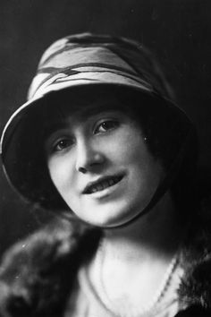 1920 ~ Lady Elizabeth Bowes Lyon (later, the Queen Mother) wearing a bucket-shaped hat with a chin strap. Lady Elizabeth, Duchess Of York, Queen Mother, George Vi, Wedding Hats, Royal Weddings, British Royals, Family Portraits, How To Memorize Things