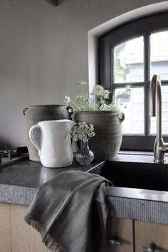 Fris witte waterkan van Kitchen Trend Products. Niet alleen geschikt voor water maar ook te gebruiken als bloemenkan of maar zo voor de sier in de servieskast.