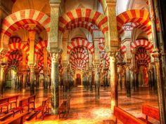 Mezquita-catedral de Córdoba. Se comenzó a construir en el 785 en el lugar que ocupaba la basílica visigótica de San Vicente Mártir. La mezquita fue objeto de ampliaciones durante el Emirato y el Califato de Córdoba. En 1238, tras la Reconquista, se llevó a cabo la reconversión de la mezquita catedral .En 1523 se empezó la construcción de una basílica de estilo plateresco en el centro del edificio musulmán. Hoy constituye el monumento más importante de Córdoba, y  de la arquitectura…