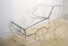 L'artiste autrichien Fritz Panzer présentera ses sculptures de fils de fer lors de l'exposition « doubles » à la galerie Alberta Pane à Paris. Son travail fait référence aux dessins de contour et aux dessins gestuels, créant le volume d'un objet par son contour. On dirait une esquisse au crayon, effectuée à même le sol et le mur