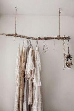Mooi zelf gemaakt kledingrek van een stok, ook heel leuk voor een babykamer. #diy #babykamer #interieur #hout