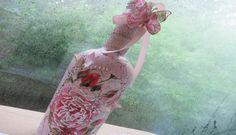 DIY Crackle On Glass Bottle Using Elmer's Glue All video tutorial by patioelf Crackle Paint With Elmers Glue, Crackle Painting, Diy Bottle, Bottle Art, Bottle Crafts, Decoupage Glass, Decoupage Paper, Bottles And Jars, Glass Bottles