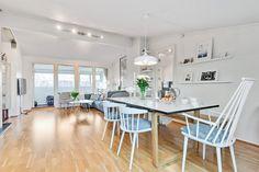 FINN – ALEXANDER KIELLANDS PLASS - Lekker 3(4)-r loftsleilighet med herlig vinterhage, mulighet for peis og 90 kvm gulvareal! Hanging Canvas, Work Surface, Modern Kitchen Design, Gallery Wall, Dining Table, Minimalist, Real Estate, Layout, Furniture