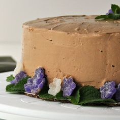 Chocolate Wacky Cake - It is a dense cake that is not only simple to make, but also very delicious! Another great aspect of the cake is that it does not use eggs.