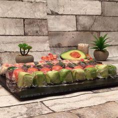 Les sushis cubes ! des sushis prêts en un rien de temps :) Veggie Recipes, Vegetarian Recipes, Cooking Recipes, Healthy Recipes, How To Make Sushi, How To Eat Paleo, No Cook Appetizers, Appetizer Recipes, Low Carb Sushi