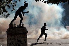 Athènes, 20 octobre 2011.manifestant fuyant les gaz lacrymogènes. Angelos Tzortzinis-CLP66
