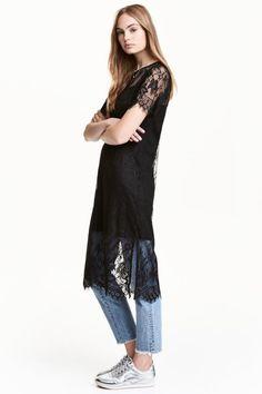 Vestido de encaje: Vestido de manga corta en encaje elástico calado. Modelo de corte recto con escote redondo, aberturas laterales y combinación cosida de punto con tirantes finos.