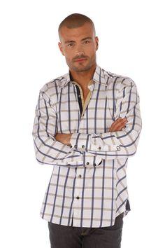 Chemise homme à carreaux blanc, bleu et beige se démarque par sa patte de boutonnage bleu marine et son biais beige contrastant.