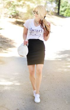 Outfit casual, skirt and sneakers, white outfit casual, casual skirt Casual Chic, White Outfit Casual, Casual Summer Outfits, White Outfits, Outfit Summer, Bandage Skirt Outfit, Skirt Outfits, Skirt And Sneakers, White Sneakers