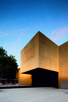 Jose de Guimarães International Arts Centre with golden brass walls in Portugal by Pitagoras Arquitectos. Art Et Architecture, Architecture Details, Minimal Architecture, Design Studio Office, Facade Lighting, Art Therapy Projects, Portugal, Brutalist, Cladding