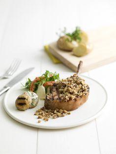 Varkenskroontje op de barbecue met notenkorst en paddenstoelen #hazelnoten #amandelen #panko #look #peterselie #mosterd #champignons