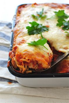 One-Pan Chicken Spaghetti Bake by @bevweidner - An easy and comforting One-Pan Dish layered with dried spaghetti, loads of your favorite Ragù sauce, sliced mushrooms, spinach, chicken, noodles, and plenty of mozzarella cheese! #Saucesome