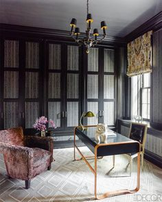 Beautiful, bright and modern Manhattan home designed by Steven Gambrel. The interiors was inspired by a cosmopolitan cocktail lounge in the the posh Mayfair hotel. Via Elle Decor Photo by Eric Piasecki Interior by Steven Gambrel Home Office Design, Home Office Decor, House Design, Office Chic, Gambrel, Fireplace Surrounds, Black Walls, Elle Decor, Decoration