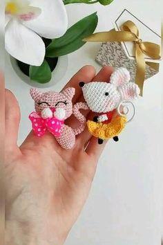 Doll Amigurumi Free Pattern, Crochet Keychain Pattern, Crochet Bookmarks, Crochet Toys Patterns, Crochet Dolls, Amigurumi Toys, Crochet Doll Tutorial, Crochet Tutorials, Crochet Brooch