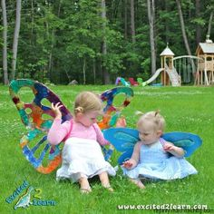Easy DIY butterfly wings (made out of cardboard) @ Diy Butterfly, Butterfly Wings, Butterfly Birthday, Fun Crafts, Diy And Crafts, Crafts For Kids, Birthday Photo Background, Projects For Kids, Diy Projects