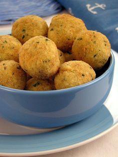 Bolinho de siri | Guia da Cozinha Tapas, Street Food, Food Styling, Muffin, Food And Drink, Appetizers, Low Carb, Potatoes, Fish