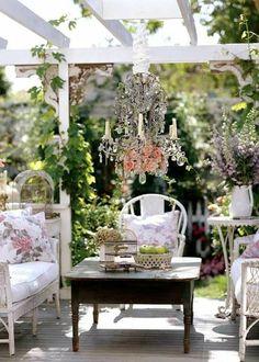 meuble chene massif, meuble rustique en bois, lustre baroque, décoration de jardin