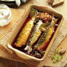¡Qué rico encontrar en la nevera unas sardinas en escabeche caseras! Mira qué fácil es... Sweet And Salty, Chutney, Oysters, Hot Dogs, Tapas, Seafood, Buffet, Sandwiches, Appetizers